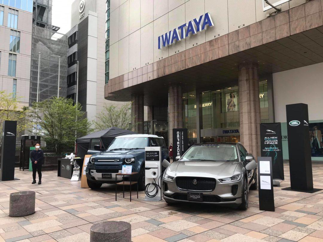 天神の岩田屋 福岡本店前にジャガー・ランドローバー車を展示しております。
